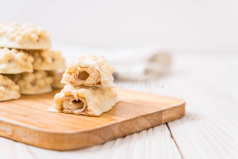 chocolate blanco con la barra curruscante del caramelo y del cereal imágenes de archivo libres de regalías
