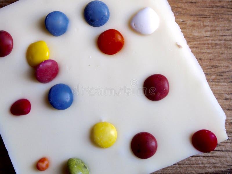 Chocolate blanco con los caramelos de chocolate fotos de archivo libres de regalías