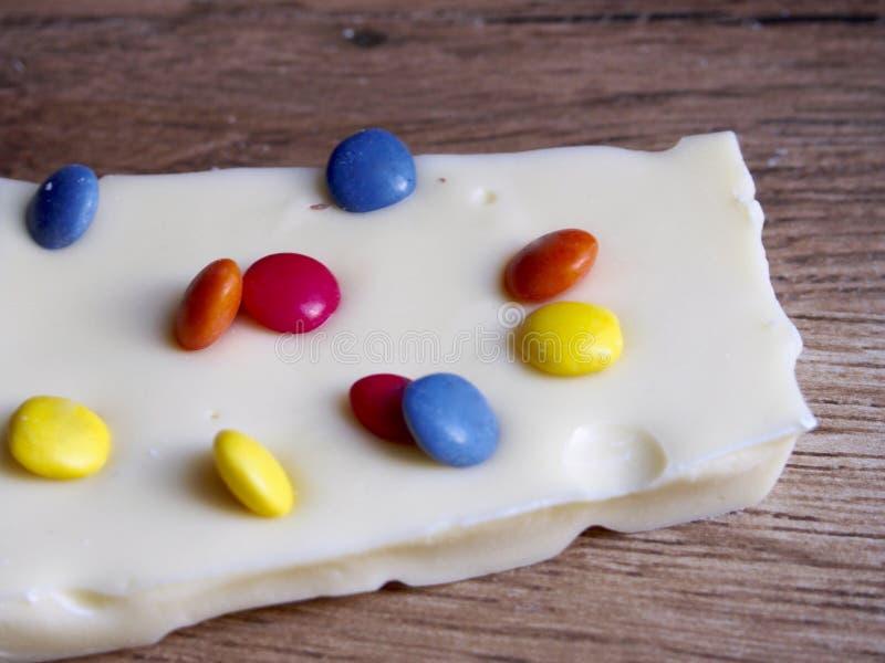 Chocolate blanco con los caramelos de chocolate foto de archivo