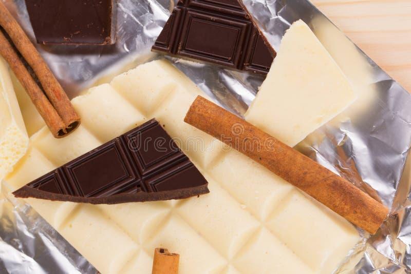 Chocolate blanco y oscuro fotos de archivo