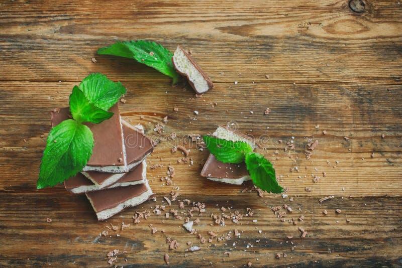 Chocolate branco e escuro poroso leitoso com hortelã, vista superior imagem de stock