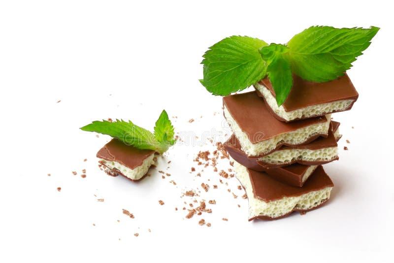 Chocolate branco e escuro poroso leitoso no fundo branco imagem de stock royalty free