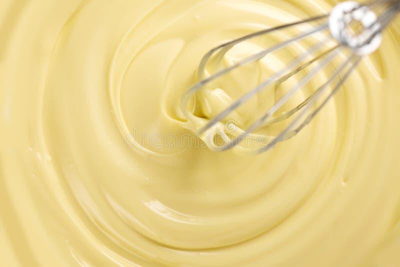 Chocolate branco Chocolate branco l?quido derretido que mistura com um wisk Close up do redemoinho l?quido derretido do chocolate fotos de stock