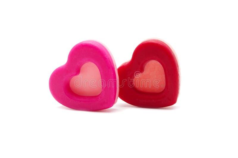 Chocolate branco no rosa e adoráveis corações vermelhos moldaram biscoitos Homemade isolado em branco para o dia dos namorados foto de stock royalty free