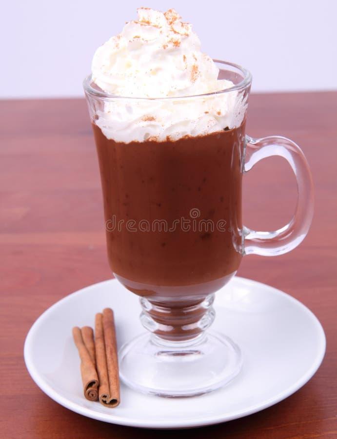 Chocolate caliente con crema azotada foto de archivo