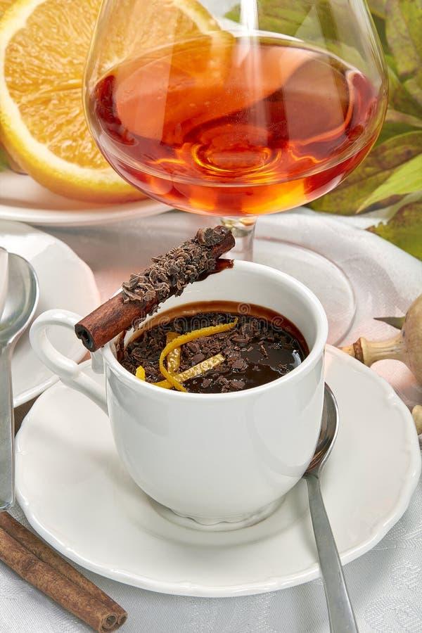 Chocolate caliente con la corteza y el canela anaranjados imágenes de archivo libres de regalías