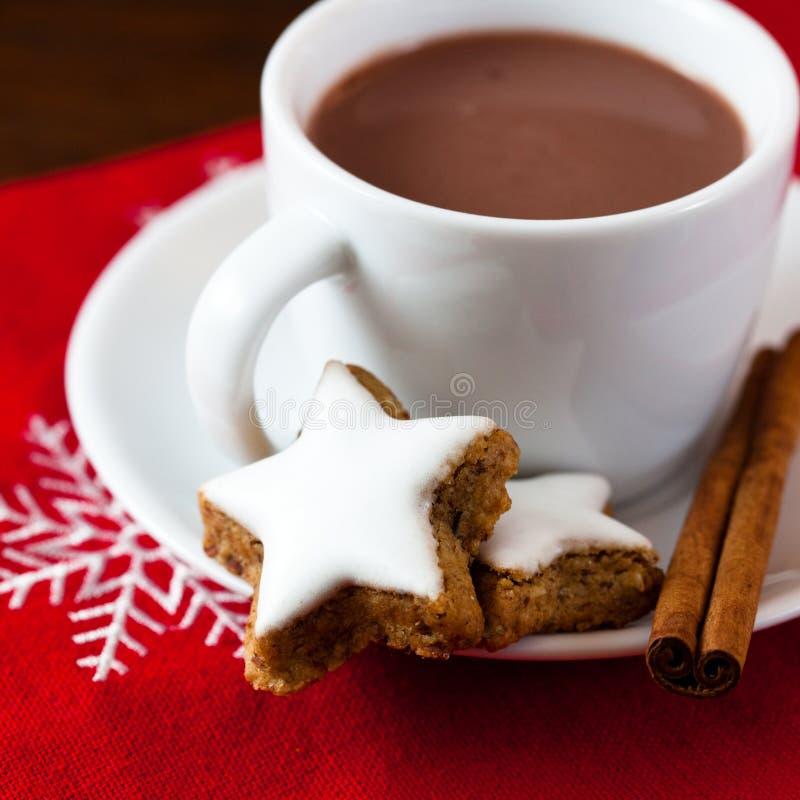 Chocolate caliente con las galletas de la Navidad foto de archivo