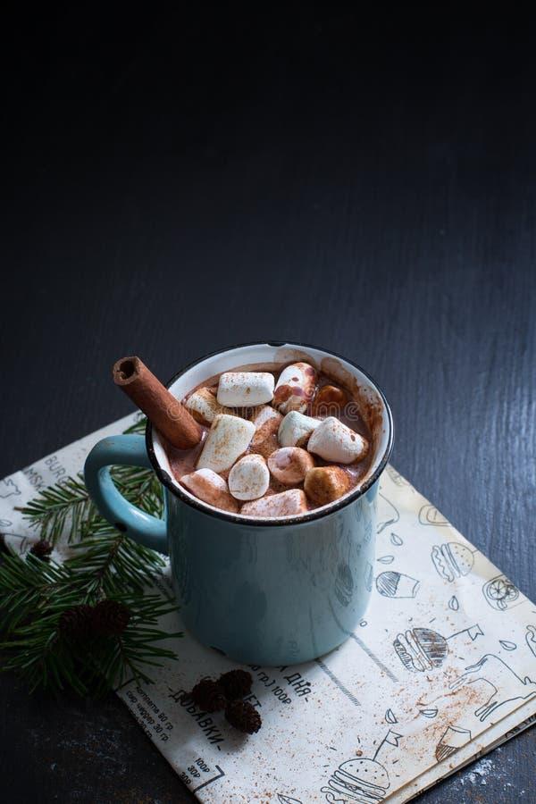 Chocolate caliente con las melcochas fotografía de archivo