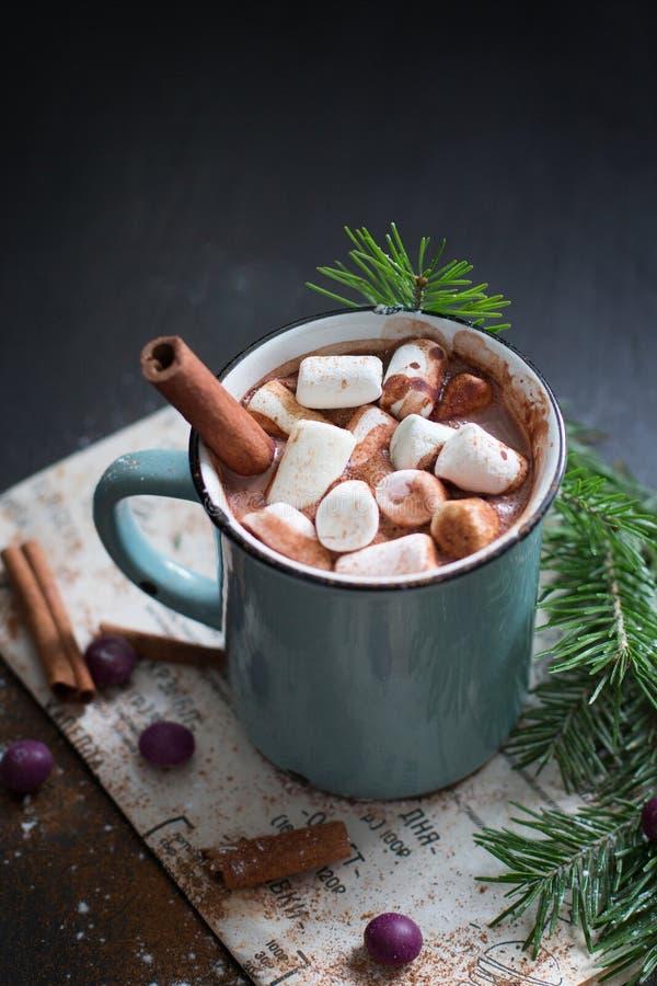 Chocolate caliente con las melcochas imagen de archivo
