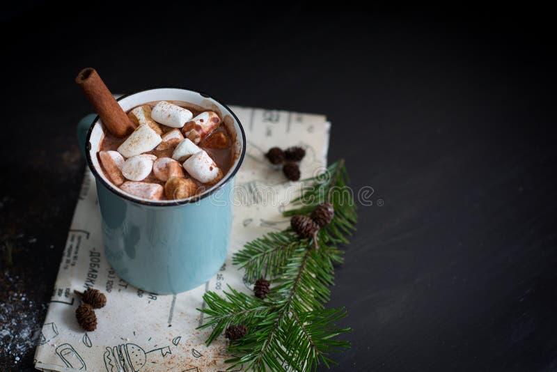 Chocolate caliente con las melcochas imagenes de archivo