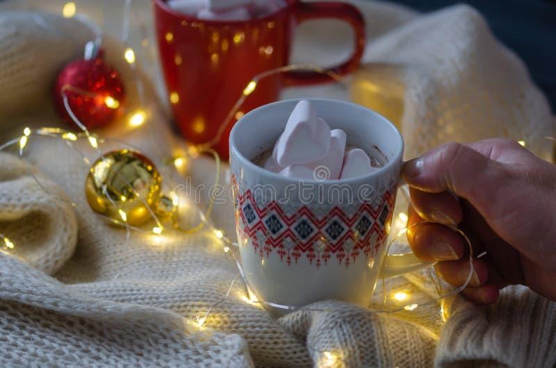 Chocolate caliente con las melcochas y la decoración de la Navidad imagen de archivo