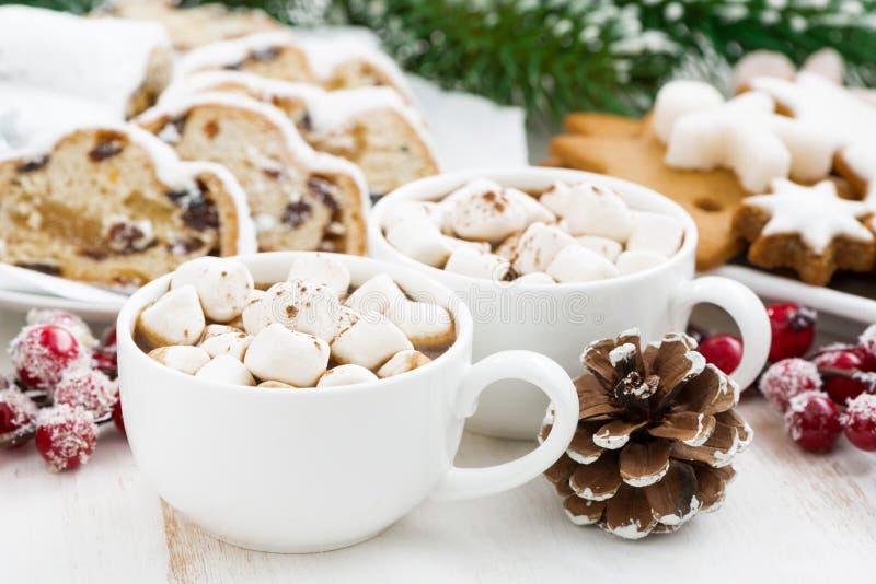 Chocolate caliente con las melcochas y la hornada de la Navidad imagen de archivo libre de regalías