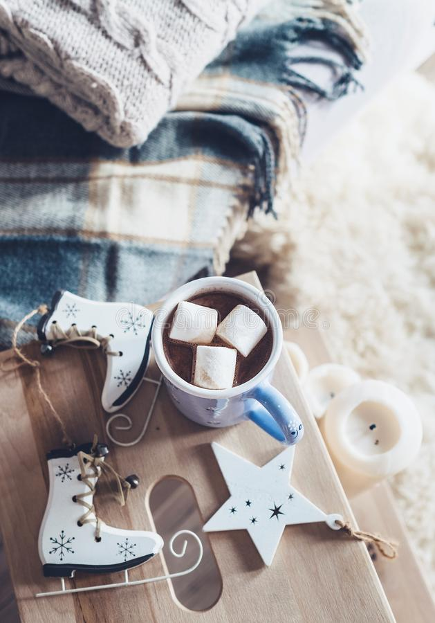 Chocolate caliente con los caramelos de la melcocha en interi casero acogedor dulce fotografía de archivo