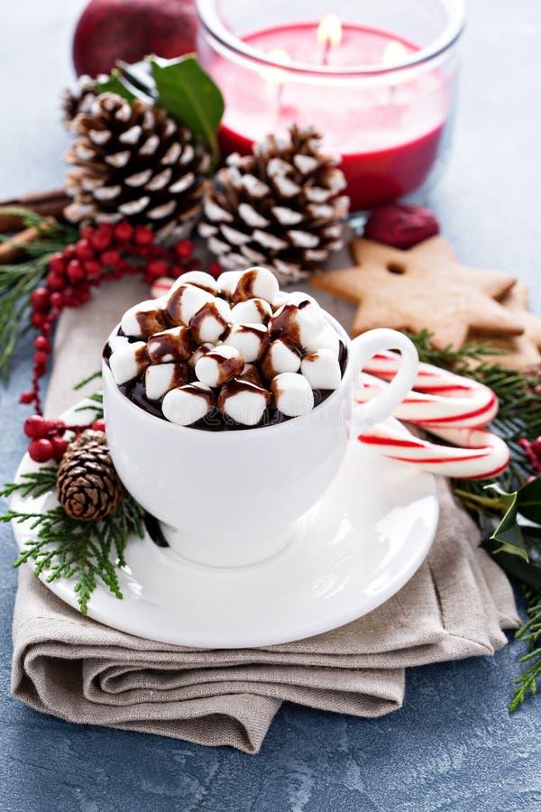 Chocolate caliente de la Navidad con las decoraciones festivas fotografía de archivo