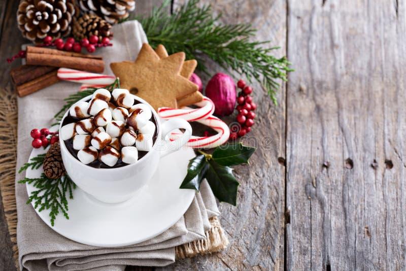 Chocolate caliente de la Navidad con los ornamentos foto de archivo