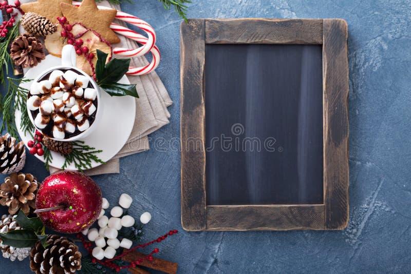 Chocolate caliente de la Navidad con los ornamentos imágenes de archivo libres de regalías