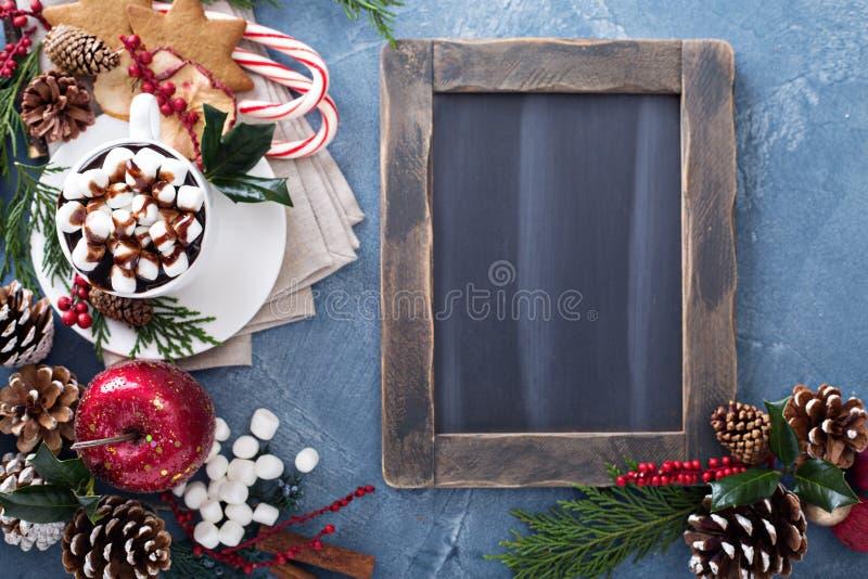Chocolate caliente de la Navidad con los ornamentos imagen de archivo libre de regalías