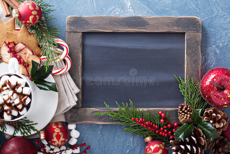 Chocolate caliente de la Navidad con los ornamentos fotografía de archivo