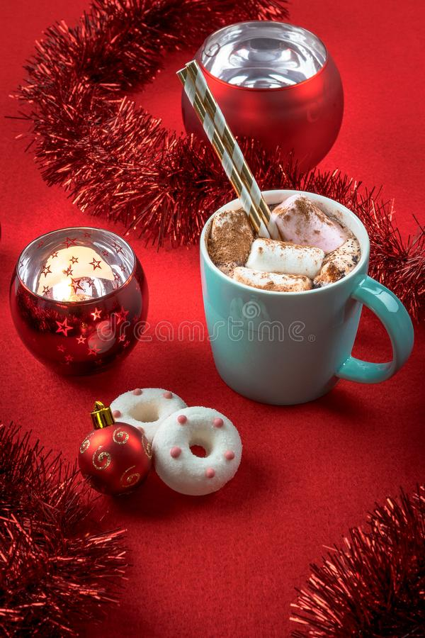 Chocolate caliente dulce con las melcochas Taza de la turquesa de decoraciones calientes de la Navidad del cacao Tema del día de  fotografía de archivo libre de regalías
