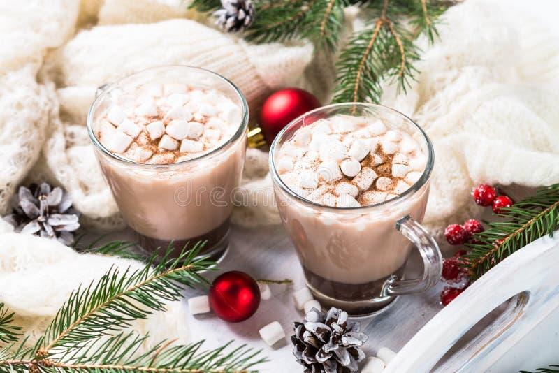 Chocolate caliente o cacao de la Navidad con la melcocha en blanco imagen de archivo libre de regalías