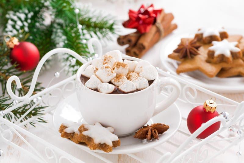 Chocolate caliente picante con las melcochas y las decoraciones de la Navidad imagen de archivo libre de regalías