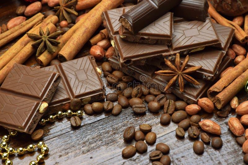 Chocolate, canela, café, amendoins, anis de estrela fotos de stock royalty free