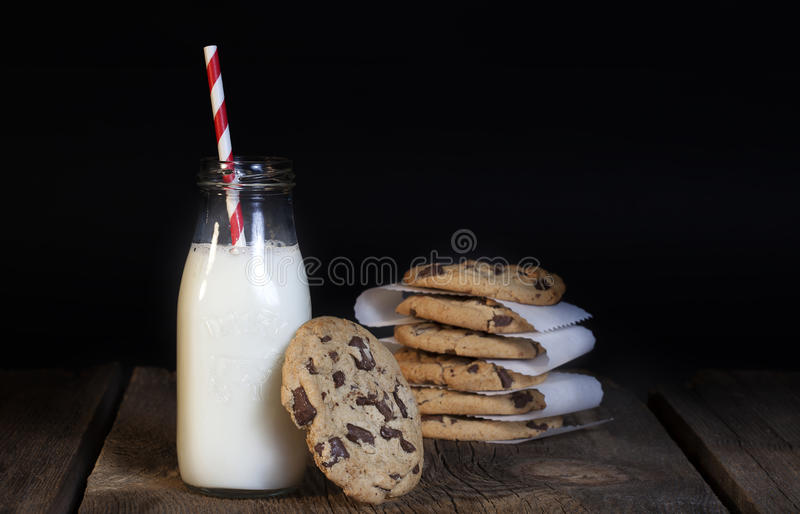 Chocolate Chip Cookies Bottle do leite imagem de stock royalty free