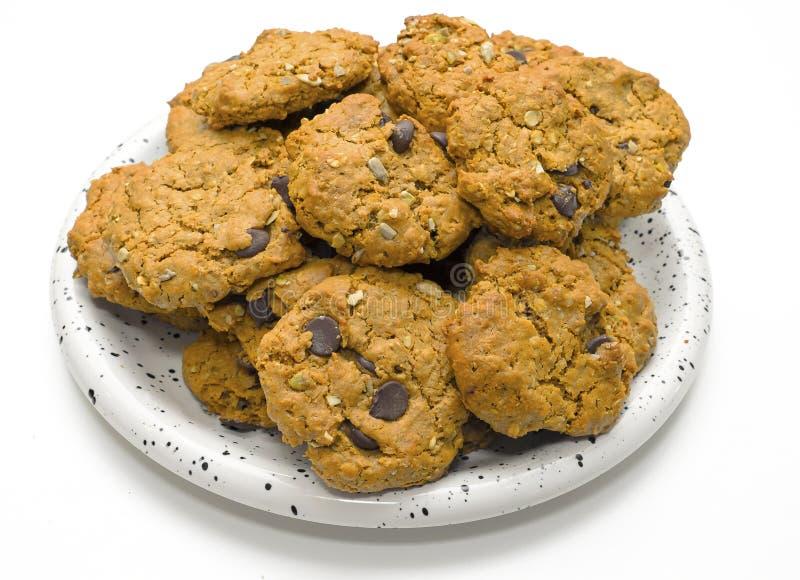 Chocolate Chip Cookies da farinha de aveia na placa fotos de stock royalty free