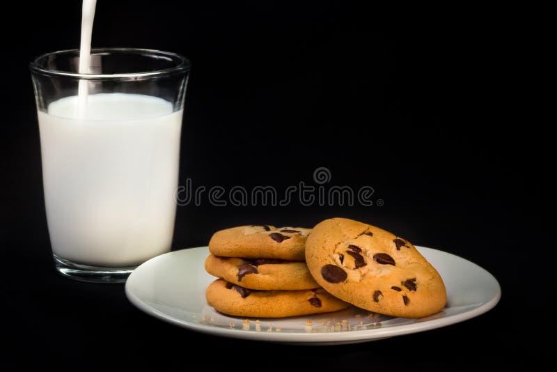 Chocolate Chip Cookies e leite imagem de stock royalty free