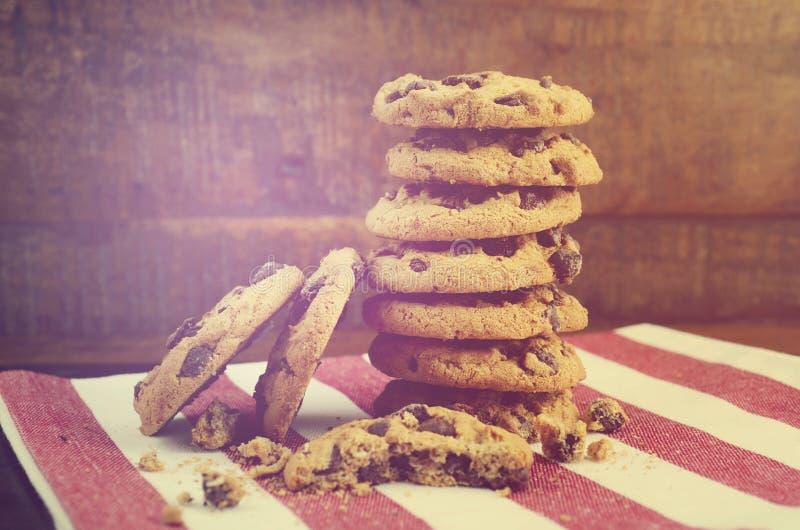 Chocolate Chip Cookies en fondo de madera oscuro imagen de archivo
