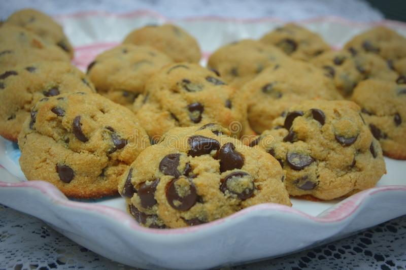 Chocolate Chip Cookies en un disco fotografía de archivo