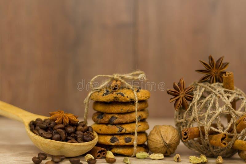 Chocolate Chip Cookies Palillos de canela, cardamomo y anís de estrella foto de archivo