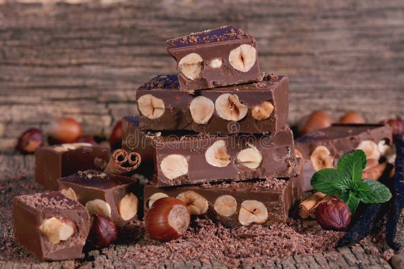 Chocolate con las avellanas fotos de archivo