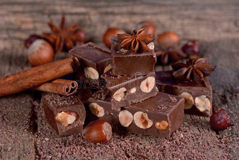 Chocolate con las avellanas imagenes de archivo