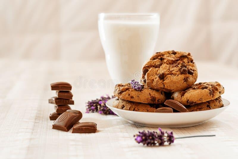 Chocolate con las galletas y la leche foto de archivo
