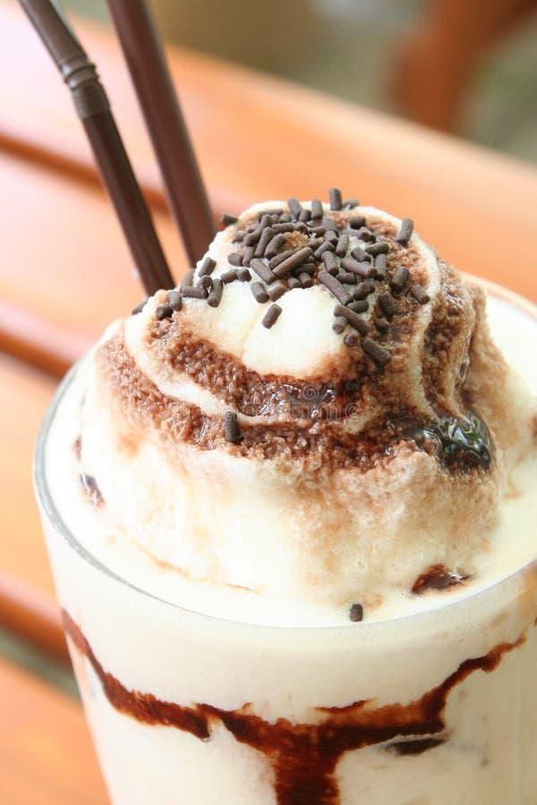 Chocolate da cobertura do milkshake do gelado da baunilha fotografia de stock