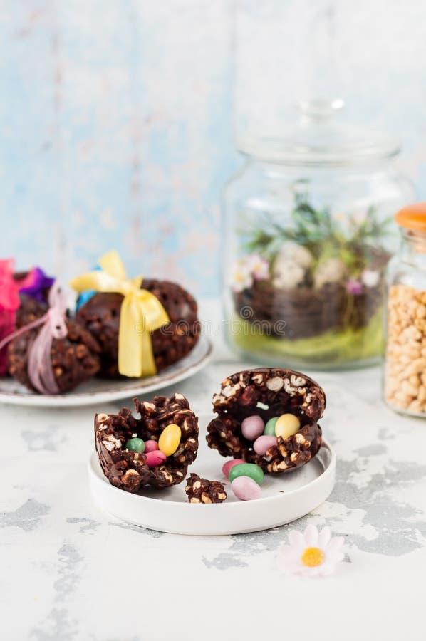 Chocolate da Páscoa e ovo soprado do trigo com surpresa fotos de stock
