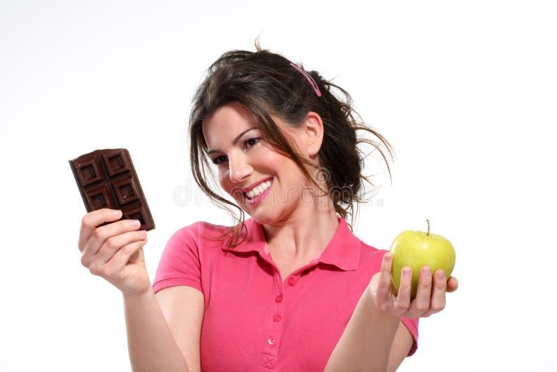 Chocolate da refeição da dieta da jovem mulher fotografia de stock royalty free