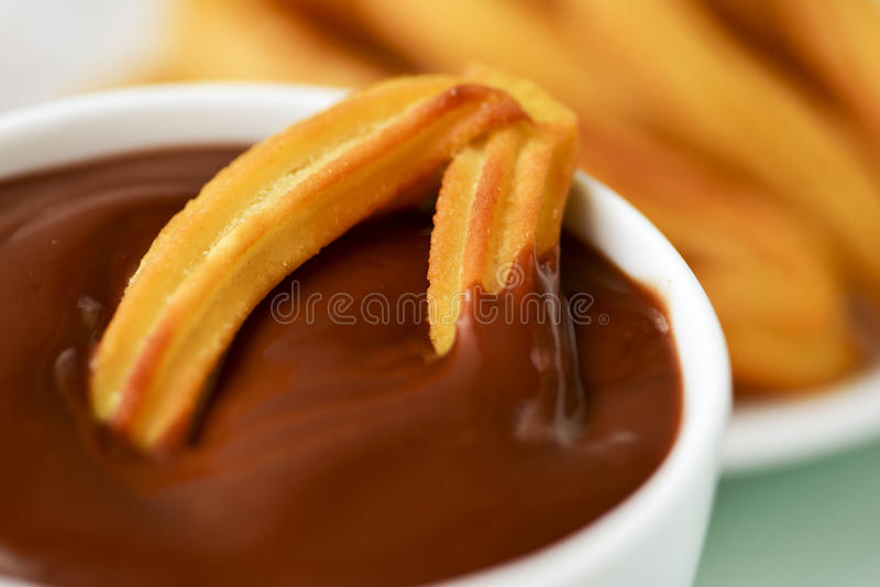 Chocolate de la estafa de Churros, bocado dulce español típico imagenes de archivo
