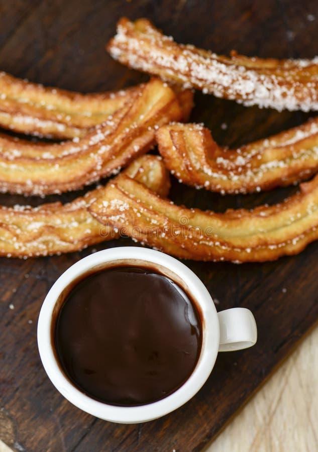 Chocolate de la estafa de Churros, un bocado dulce español típico fotografía de archivo libre de regalías