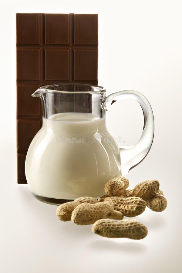 Chocolate de la leche y de la losa fotografía de archivo