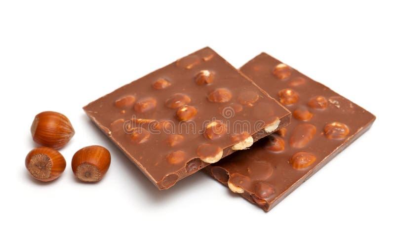 Chocolate de leite com as avelã isoladas no branco imagens de stock
