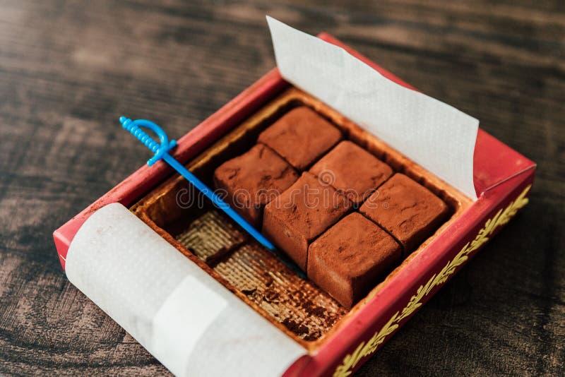 Chocolate de Nama, ha hecho de la crema y del chocolate frescos, corte en los pequeños cubos, y ha sacado el polvo con el polvo d foto de archivo libre de regalías