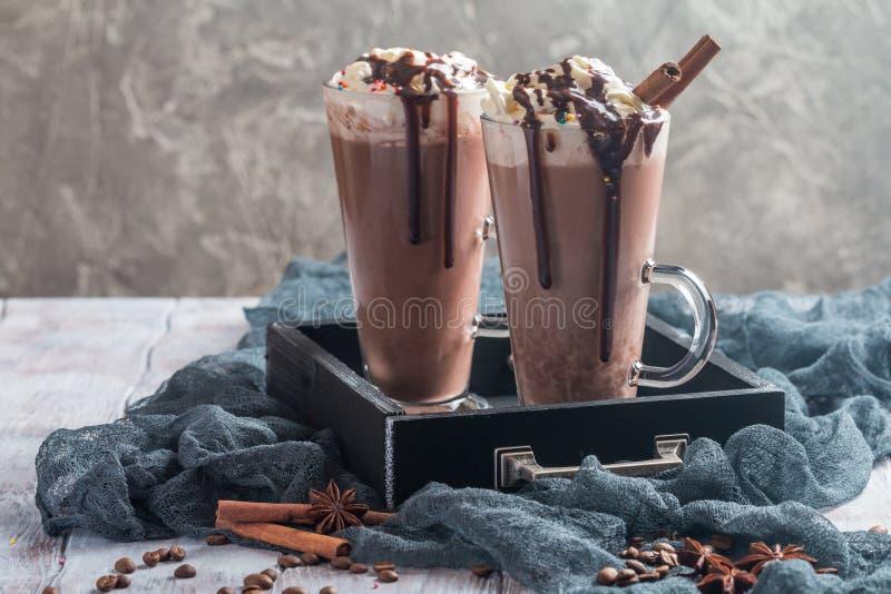 Chocolate del hielo en tazas de cristal altas imagenes de archivo