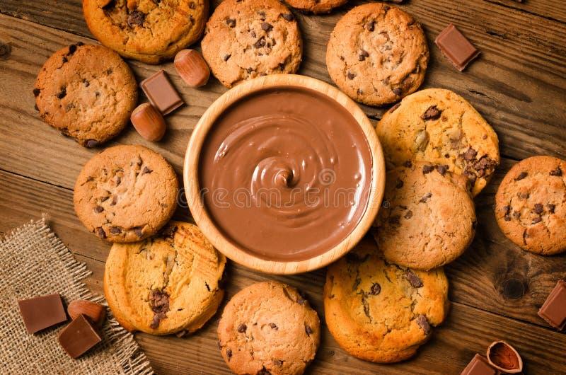 Chocolate derretido, cookies, avelã, fundo foto de stock