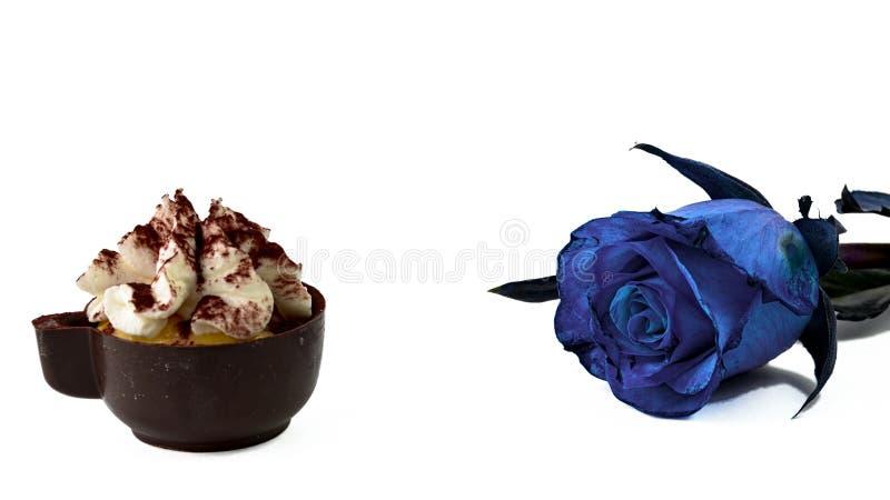 chocolate do copo de café e rosa do azul imagens de stock royalty free