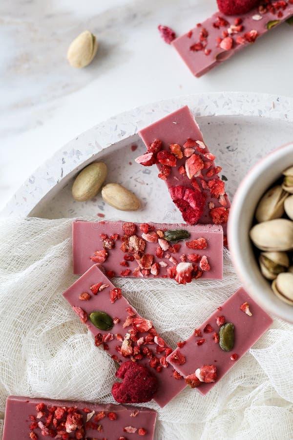 Chocolate do rubi com frutos e pistaches imagens de stock royalty free