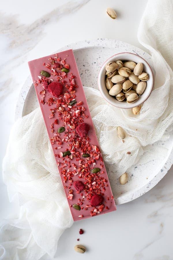 Chocolate do rubi com frutos e pistaches foto de stock