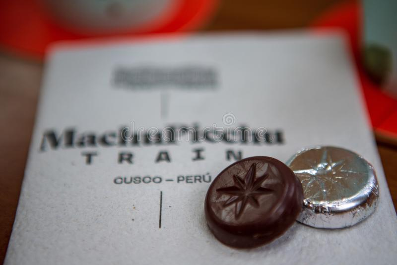 Chocolate do trem luxuoso do explorador de Olantaytambo às águas Caliente o 14 de março de 2019 foto de stock royalty free