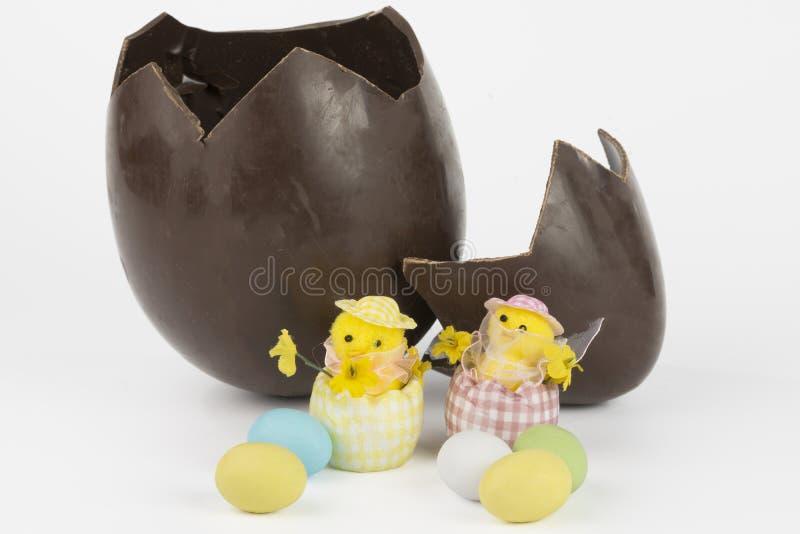 Chocolate dos ovos da páscoa quebrado e pintainhos imagem de stock royalty free